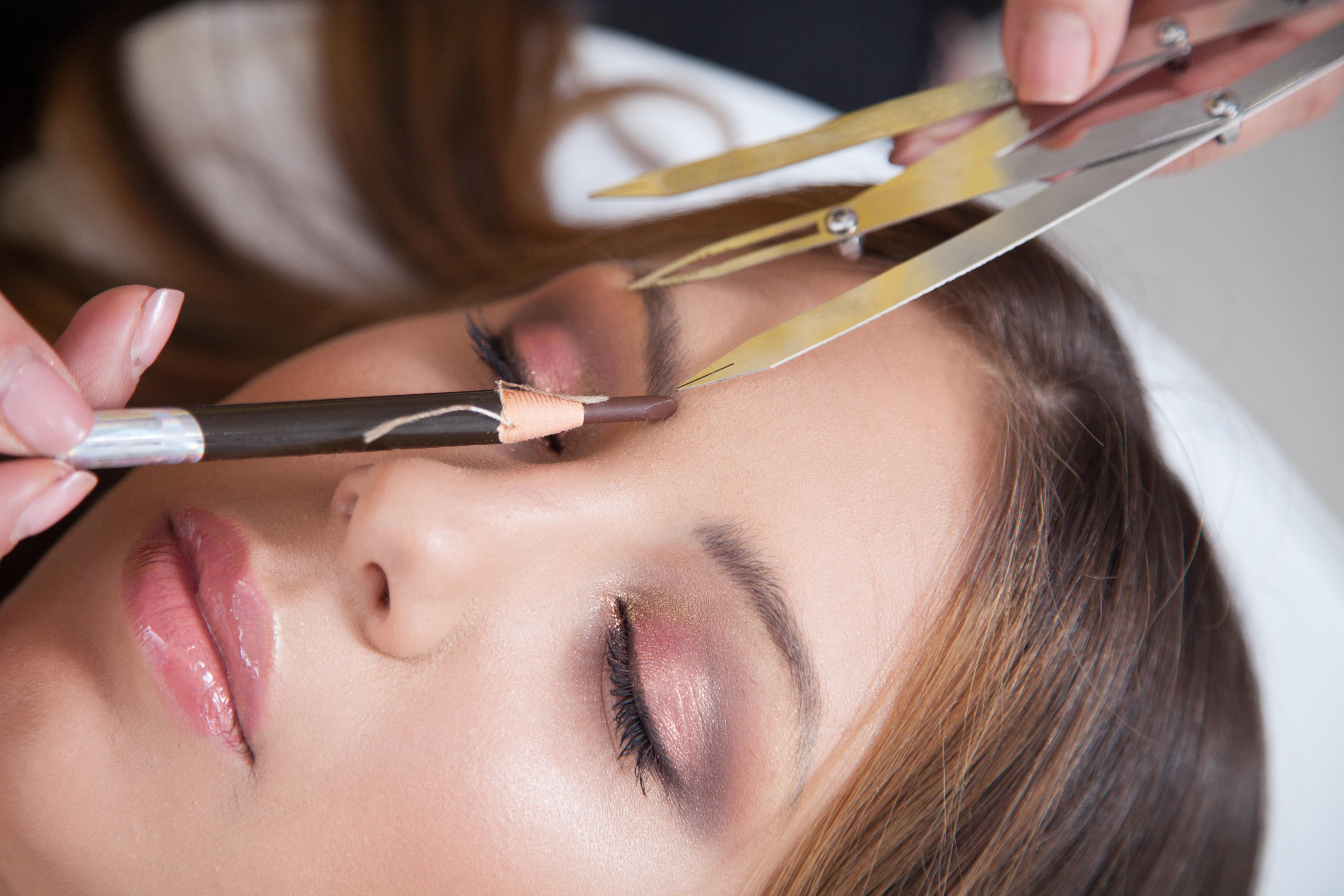 Im Microblading Grundkurs lernen die Schülerinnen bei Sabine Bundschuh, wie Augenbrauen mit dem Phi-Zirkel im goldenen Schnitt exakt ausgemessen werden.